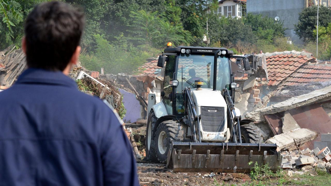 """Багери премахват незаконни постройки в пловдивската """"Шекер махала"""""""