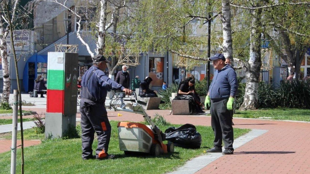 В Плевен напредва косенето на тревните площи в градската част и парковете