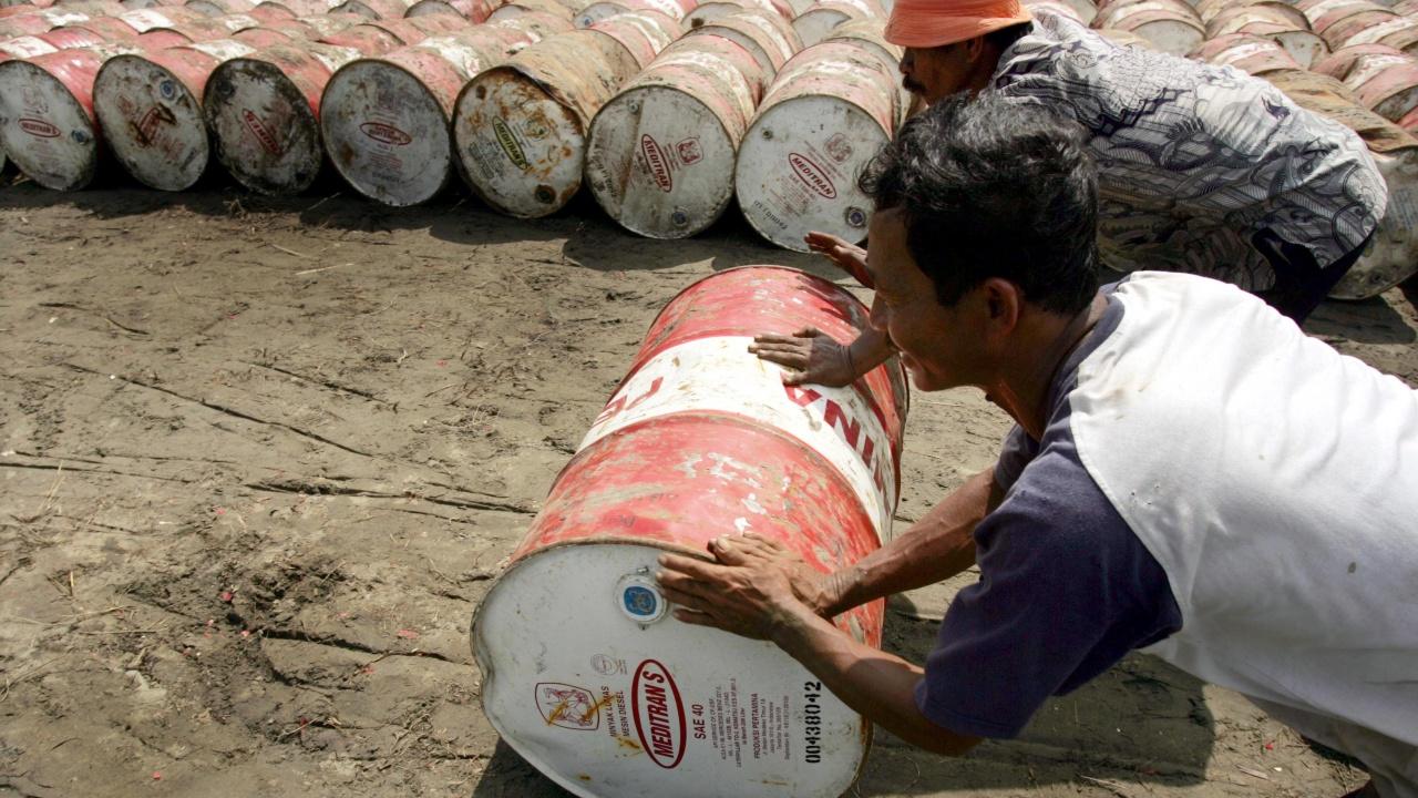 Петролът поевтинява заради опасения за намалено потребление след ескалиране на пандемията в Индия