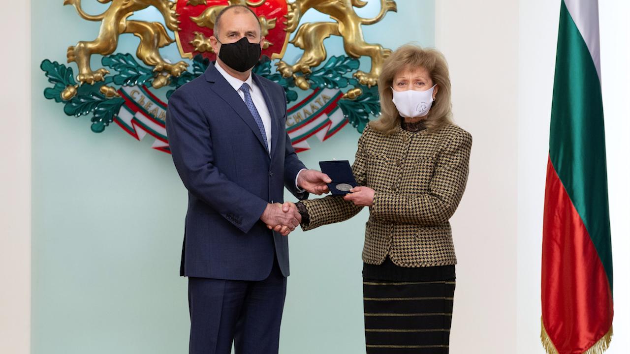 Радев отличи изтъкнатия юрист проф. Екатерина Трендафилова с Почетния знак на държавния глава