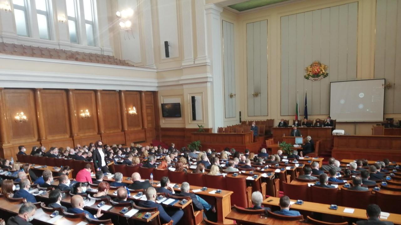Депутатите искат машинен вот и гласуване по пощата