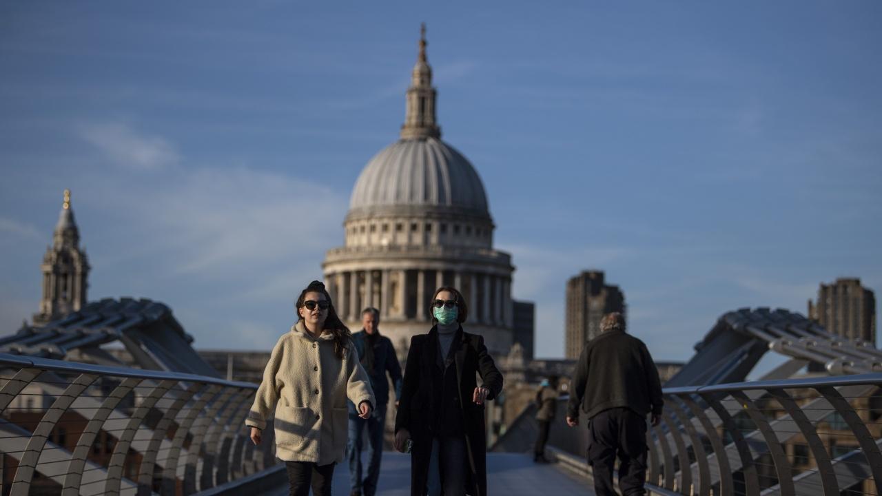 Във Великобритания чакат отпадането на забраните за пътуване, готвят цветни списъци