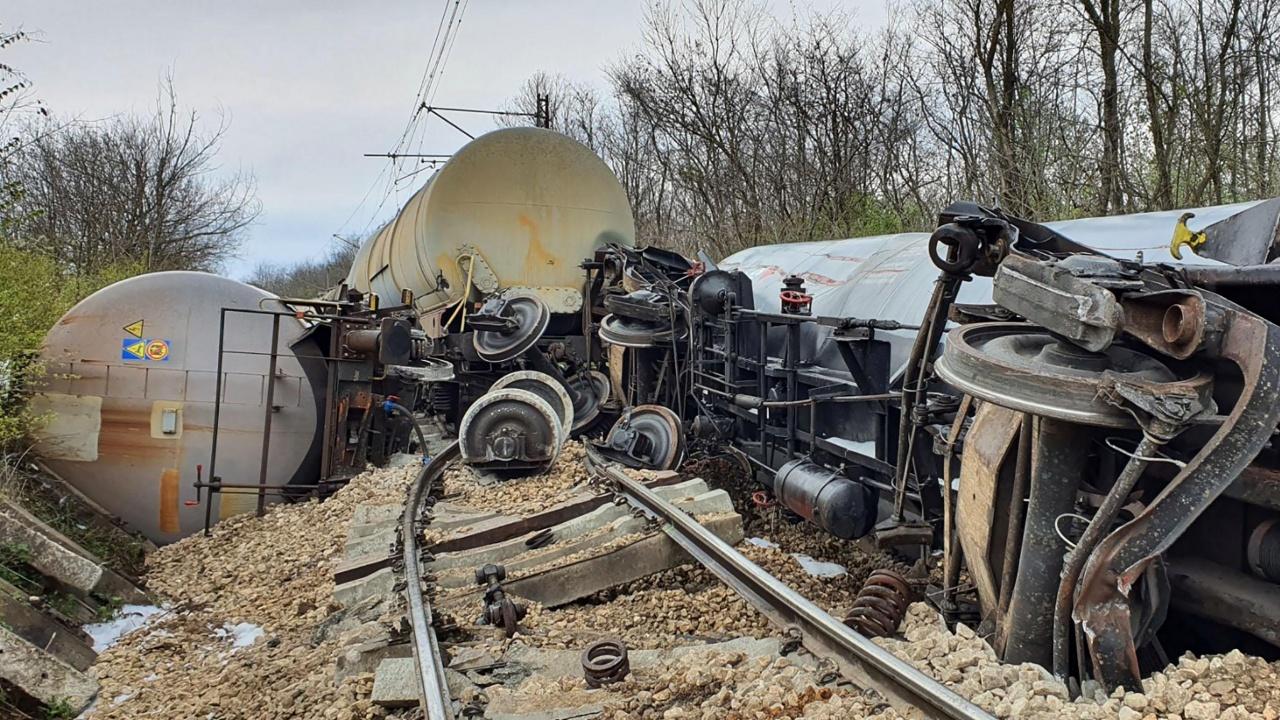 Влакова композиция с бензин дерайлира край Русе