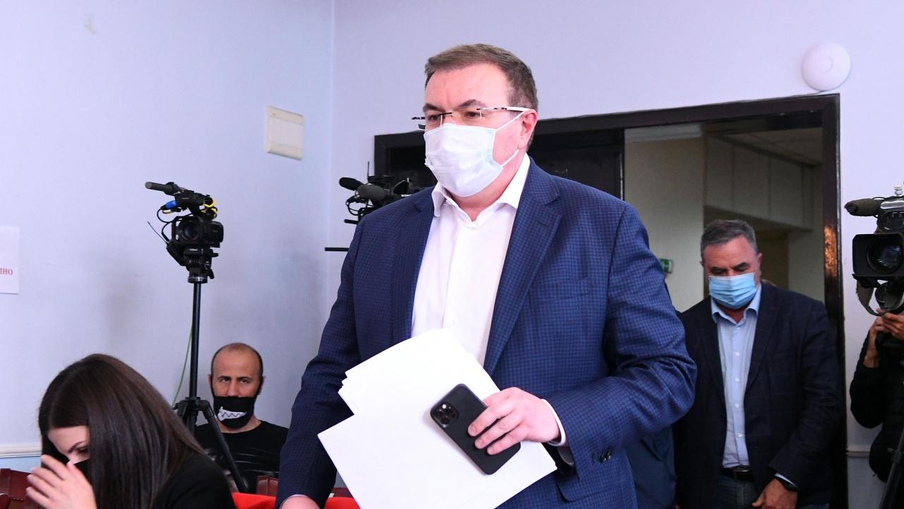 Здравният министър издаде заповедта, с която от утре се отварят стадионите и школите