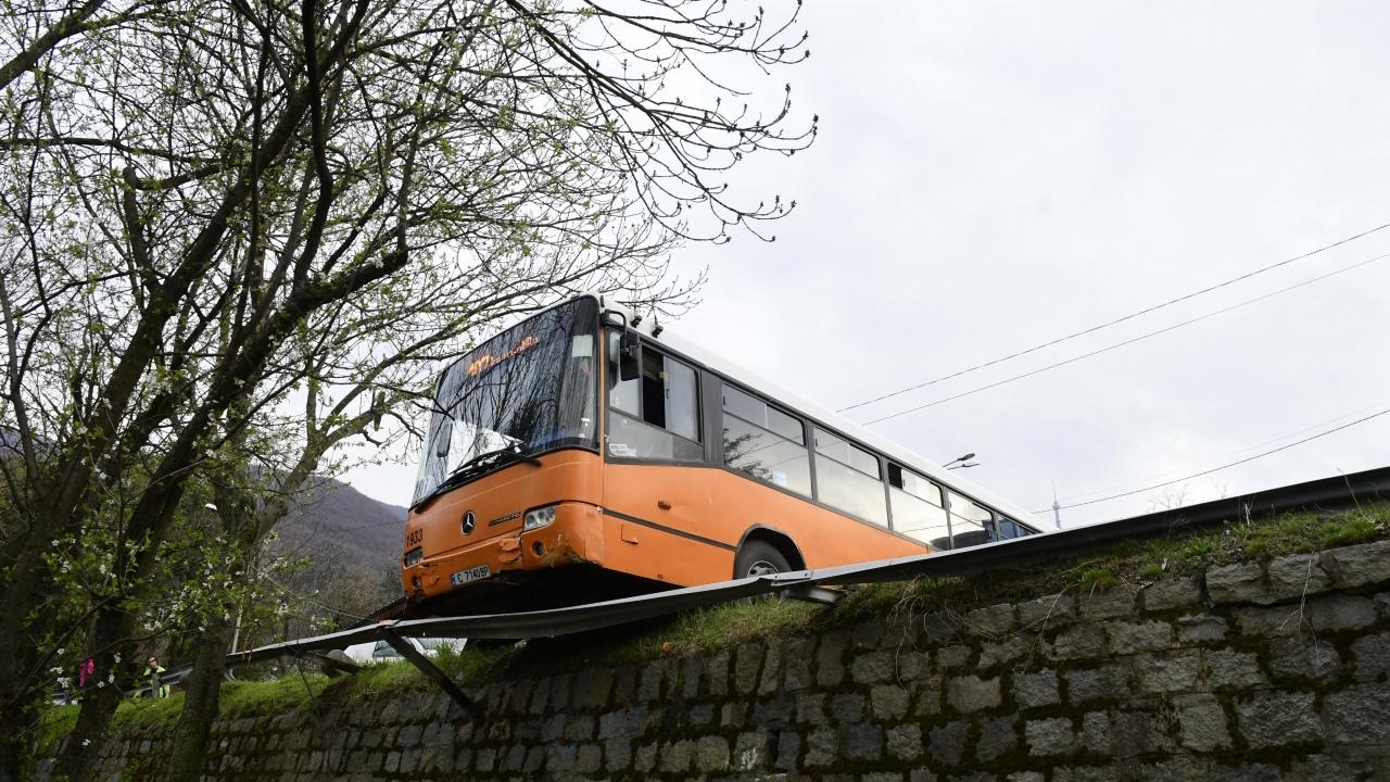Автобус от градския транспорт едва не излетя от пътя заради техническа неизправност