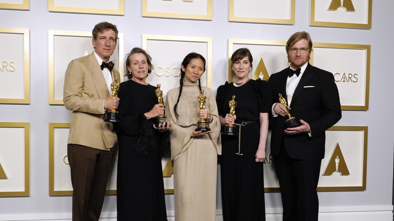 """""""Земя на номади"""" спечели награда """"Оскар"""" за най-добър филм"""