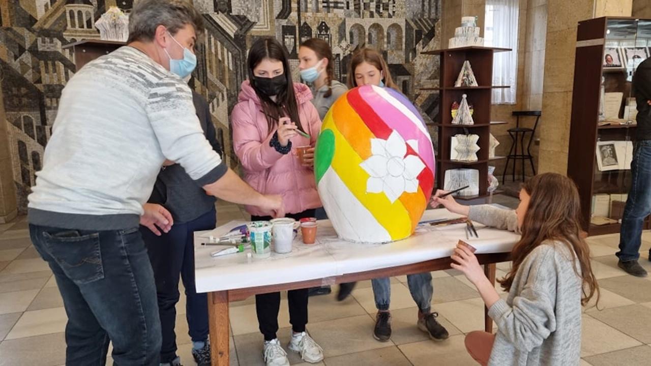 Деца изписваха огромни великденски магически яйца