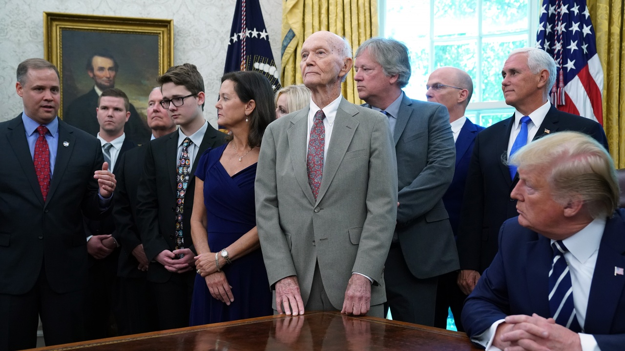 """Почина астронавтът Майкъл Колинс от мисията """"Аполо 11"""""""