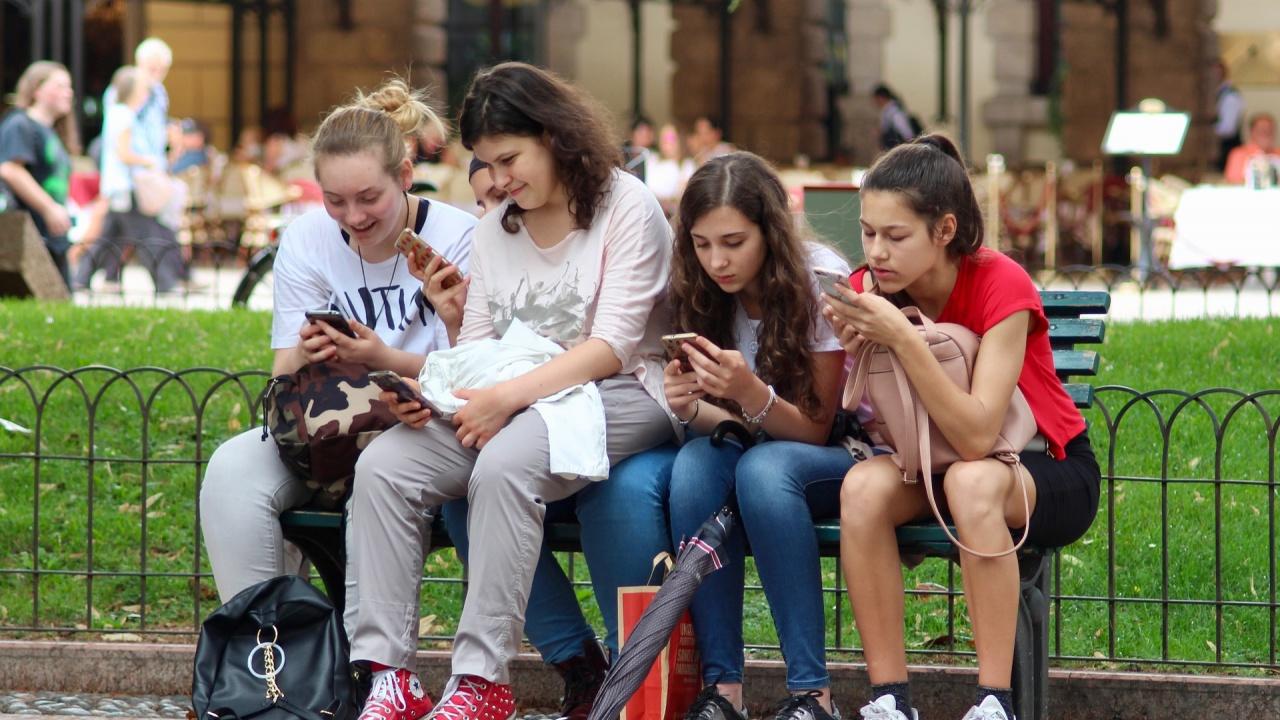 Гледането на екрана на смартфона е заразно за околните
