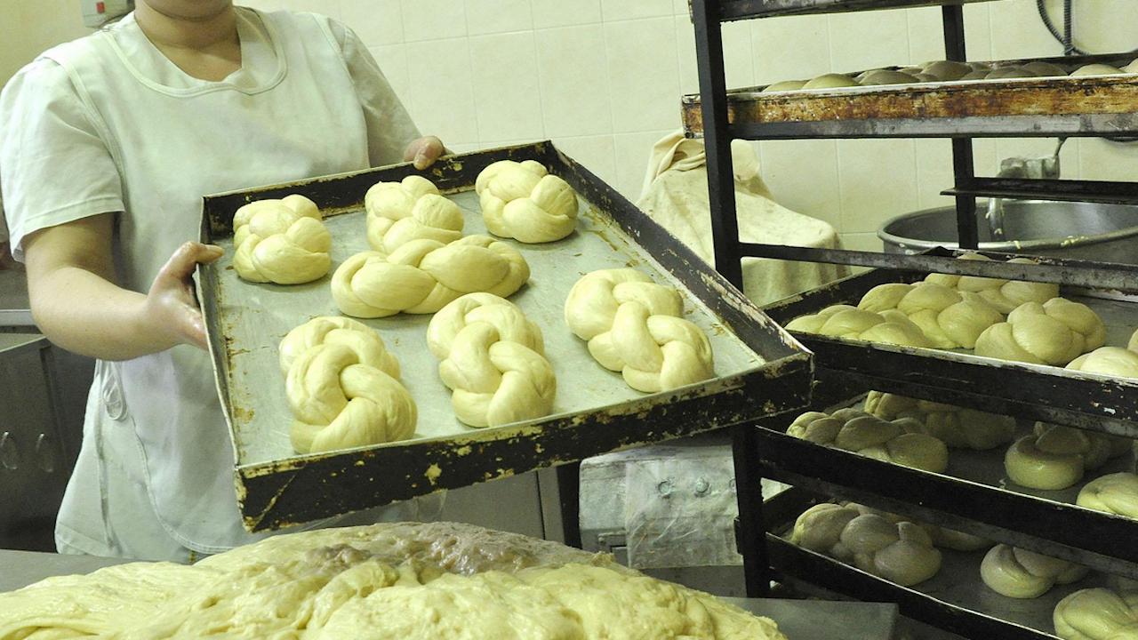 Пекарна меси козунаци за хора в нужда