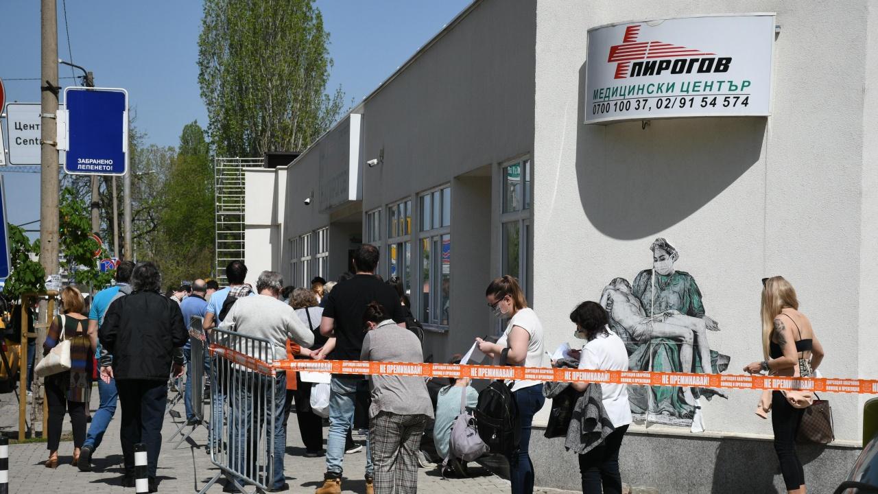 """Опашки от желаещи ваксина се извиха пред """"Пирогов"""" и ВМА"""