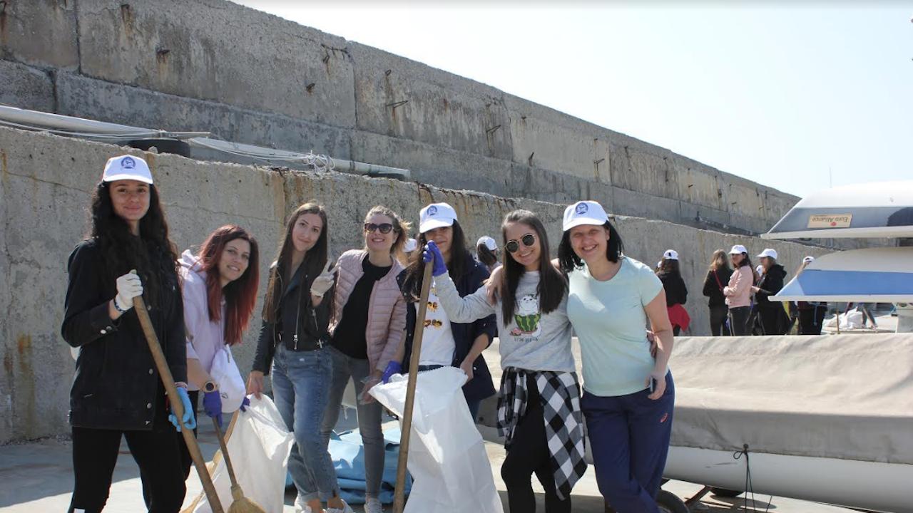 Студенти по педагогика почистват кея до Фара в Бургас