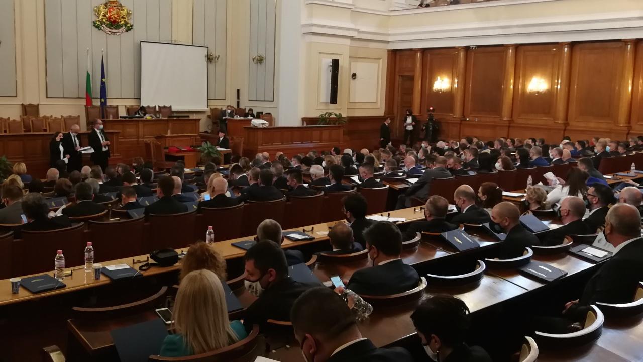 Психолог: Революционери  се държат агресивно в парламента
