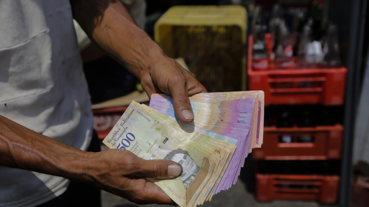 Вдигнаха минималната заплата във Венецуела - вече е 2,5 долара