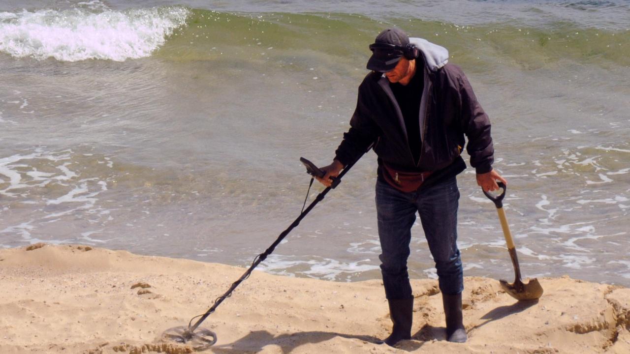 Претърсват с металотърсач плажа в Несебър