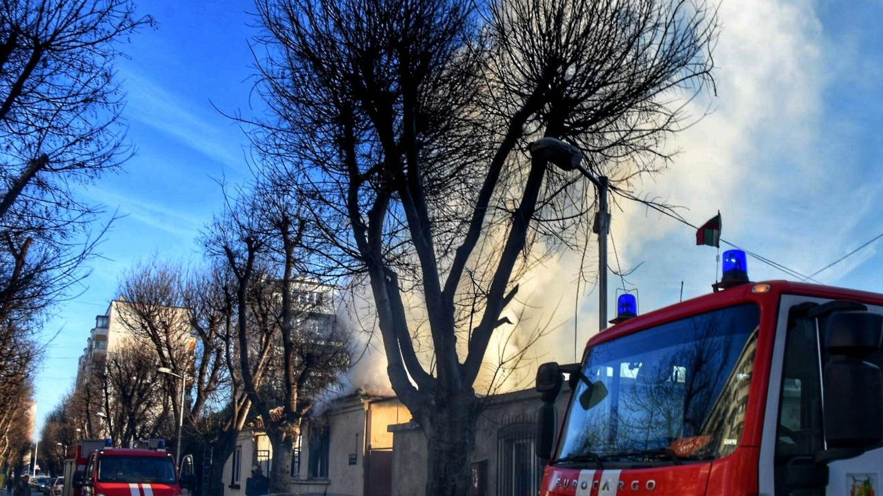 """Голям пожар обхвана три къщи в """"Орландовци"""""""