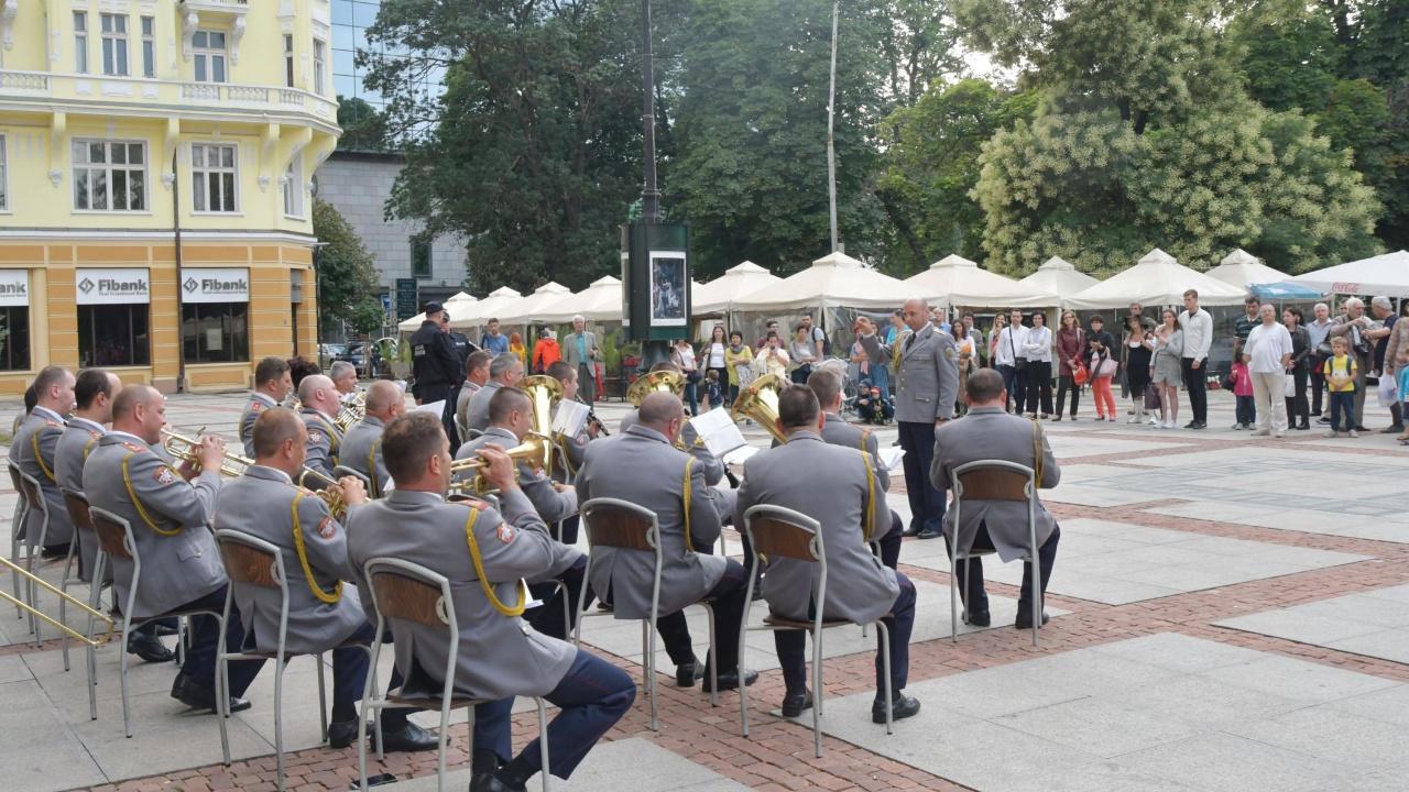 Ансамбалът на въоръжените сили и Гвардейският духов оркестър с празничен концерт в София