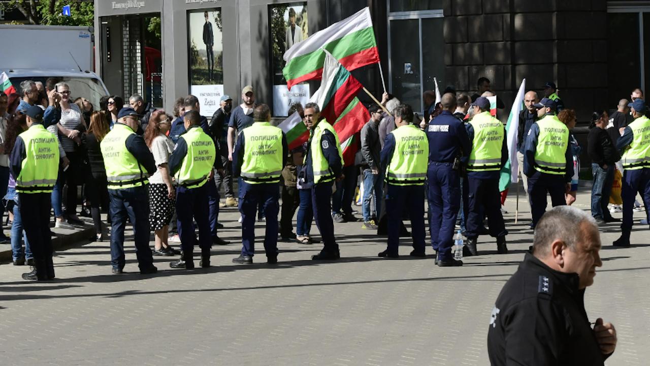 Протест пред президентството - граждани извиха хоро, поискаха оставката на Радев