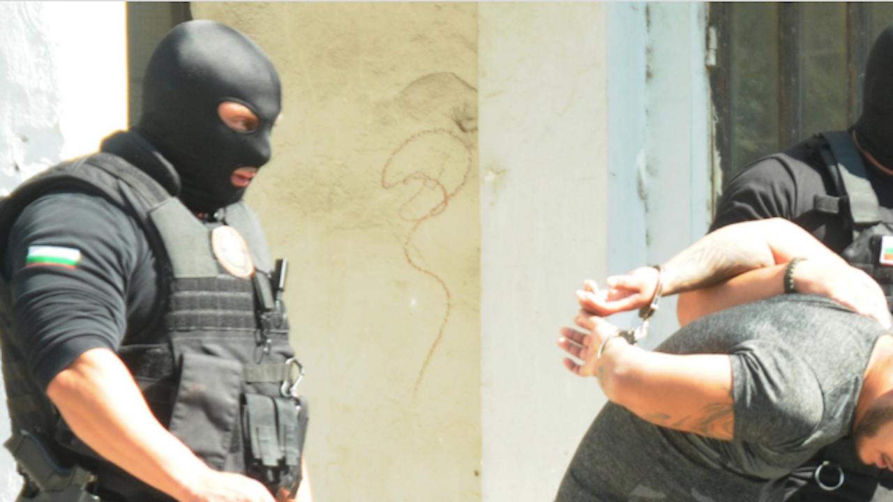 За часове: Младежи са задържани с дрога в Ихтиман
