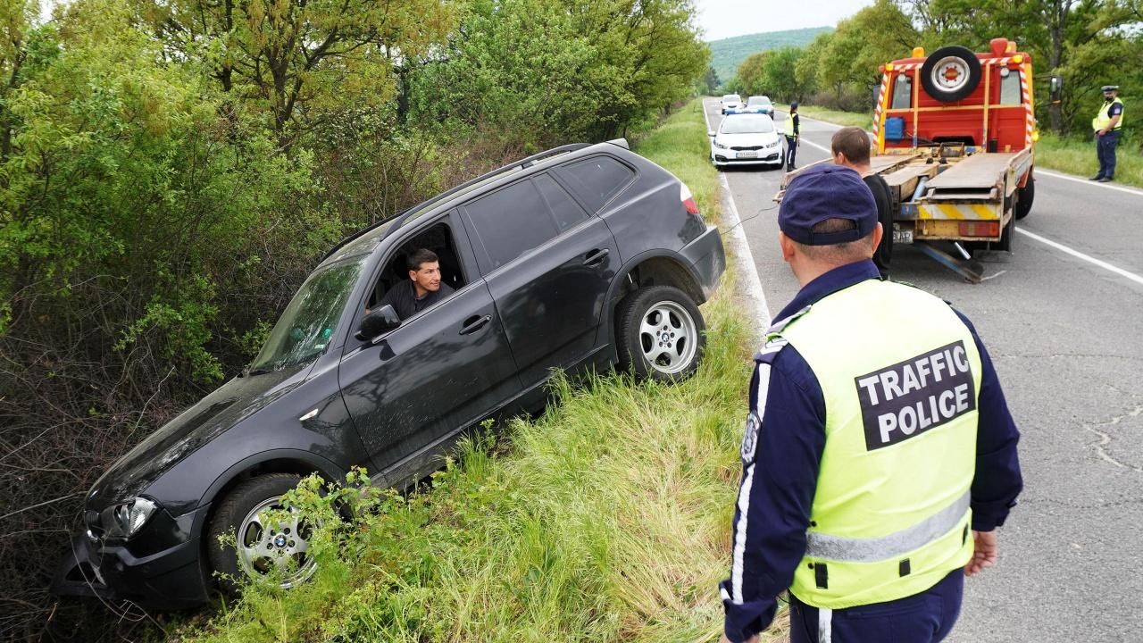 БМВ удари мъж, спрял да помогне при катастрофа близо до Хасково