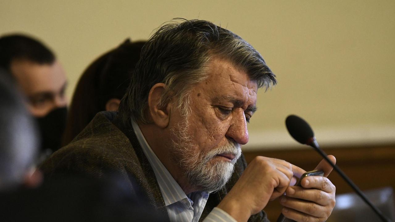 Вежди Рашидов се скара на депутатите: Слагайте си маските, безсмъртни ли сте?!