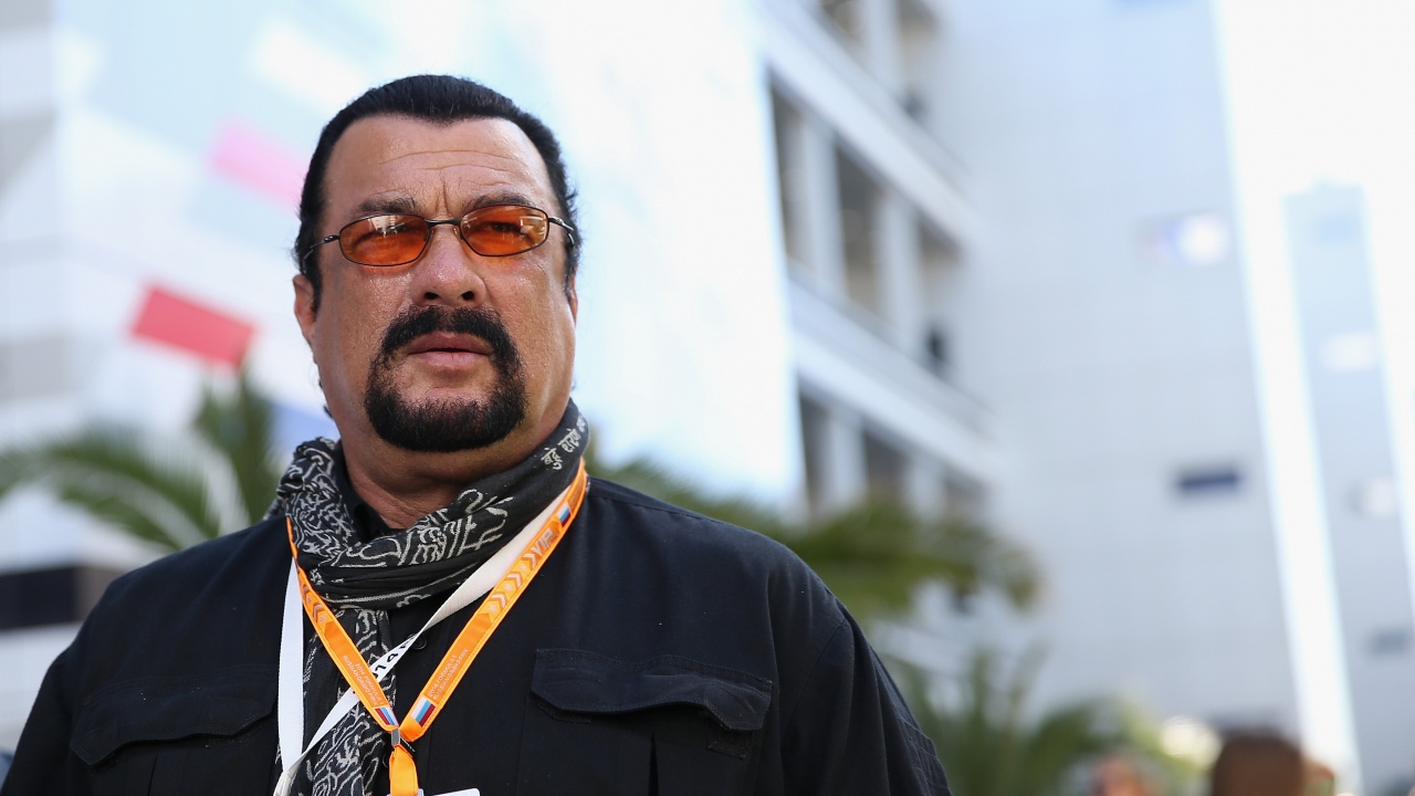 Стивън Сегал подари самурайски меч на президента на Венецуела