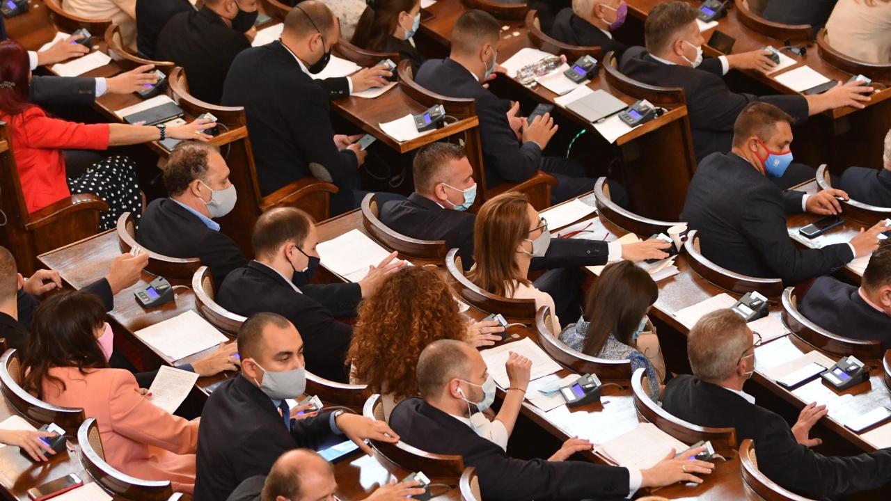 Последен ден на депутатите: Обсъждат пенсиите и руската ваксина