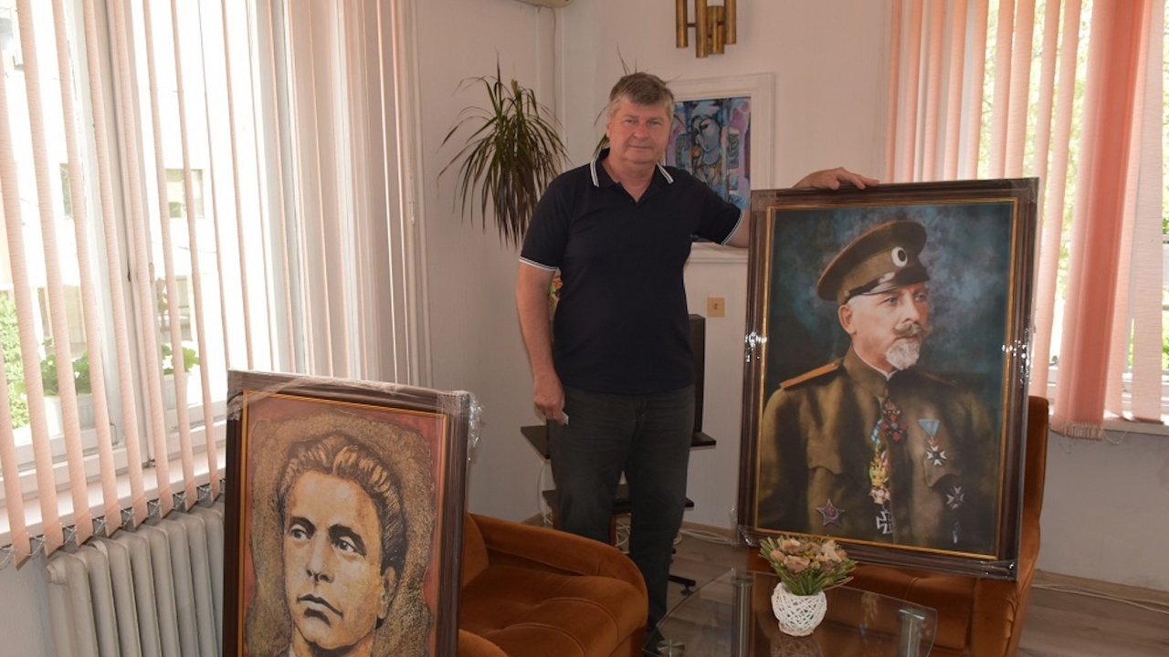 Проф. Иван Гаврилов направи дарение от картини и книги на Община Ловеч