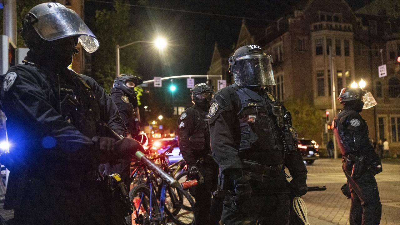 Четирима бивши полицаи бяха обвинени в САЩ във връзка със смъртта на Джордж Флойд