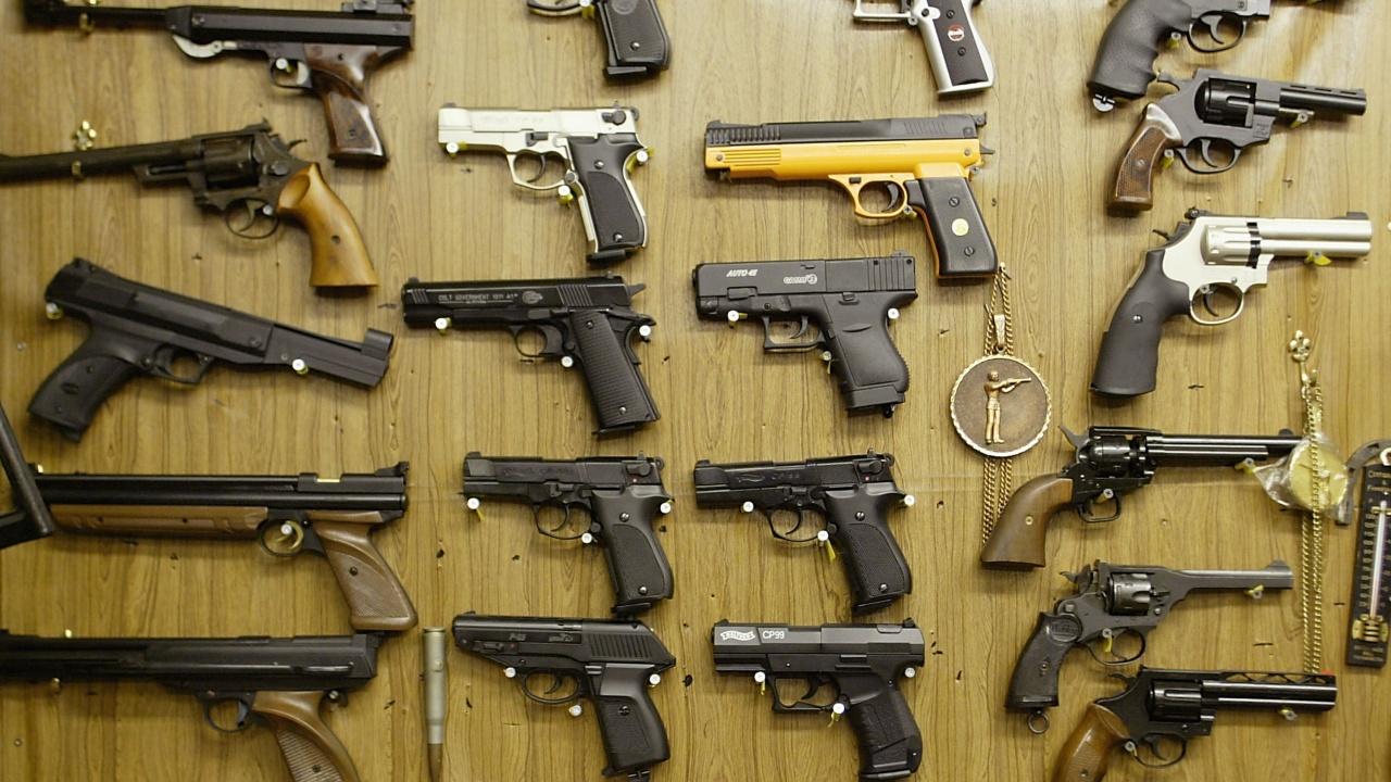 Полицията в Неапол откри оръжеен склад в магазин за плодове