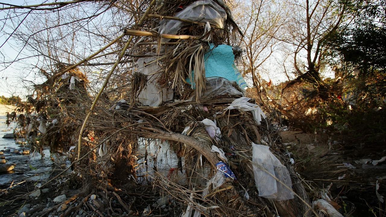 """Чистят тонове боклуци в язовир """"Огоста"""""""