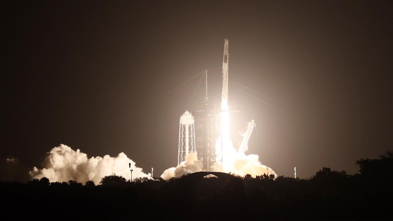 Спейс Екс изстреля ракета носител със спътници Старлинк