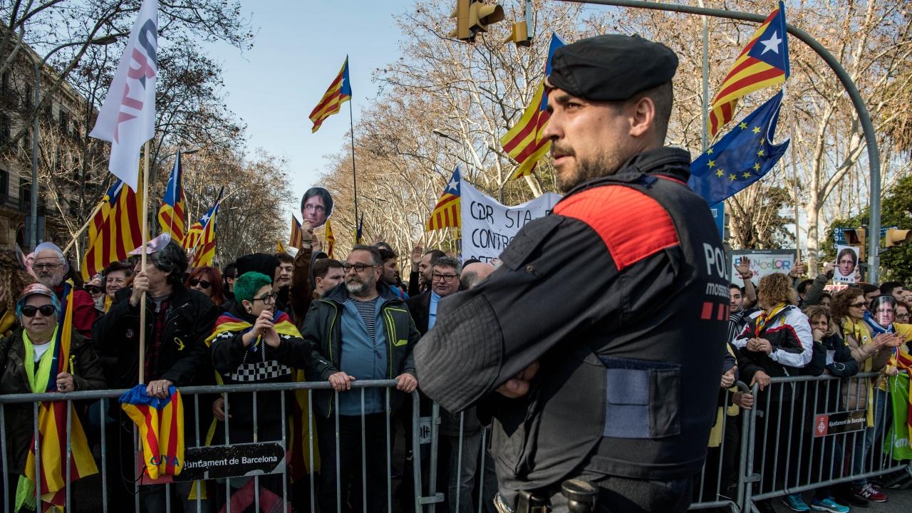 Хиляди празнуваха отмяната на вечерния полицейски час в Брюксел, полицията ги разпръсна