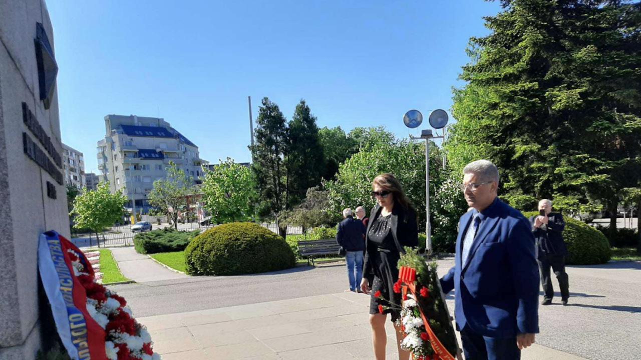 Със 100 карамфила от Областната управа в Русе бе почетена паметта на загиналите съветски воини в борбата с хитлерофашизма
