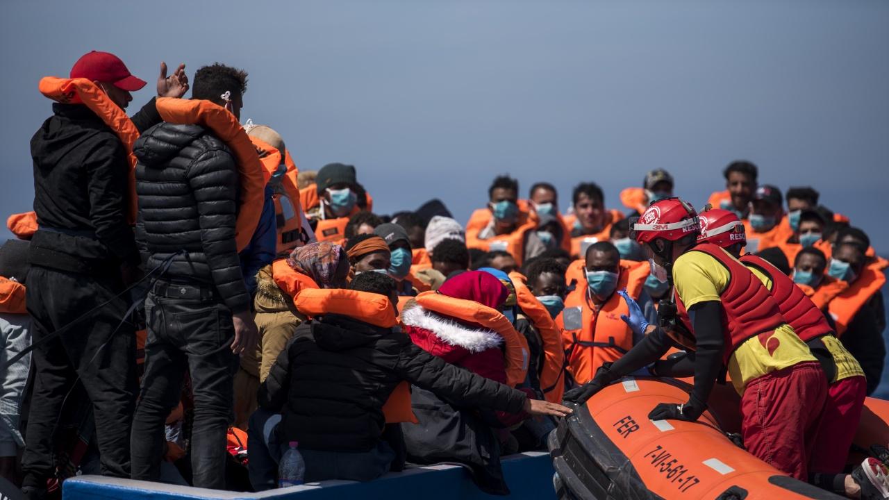 Стотици мигранти пристигнаха с лодки на италианския остров Лампедуза