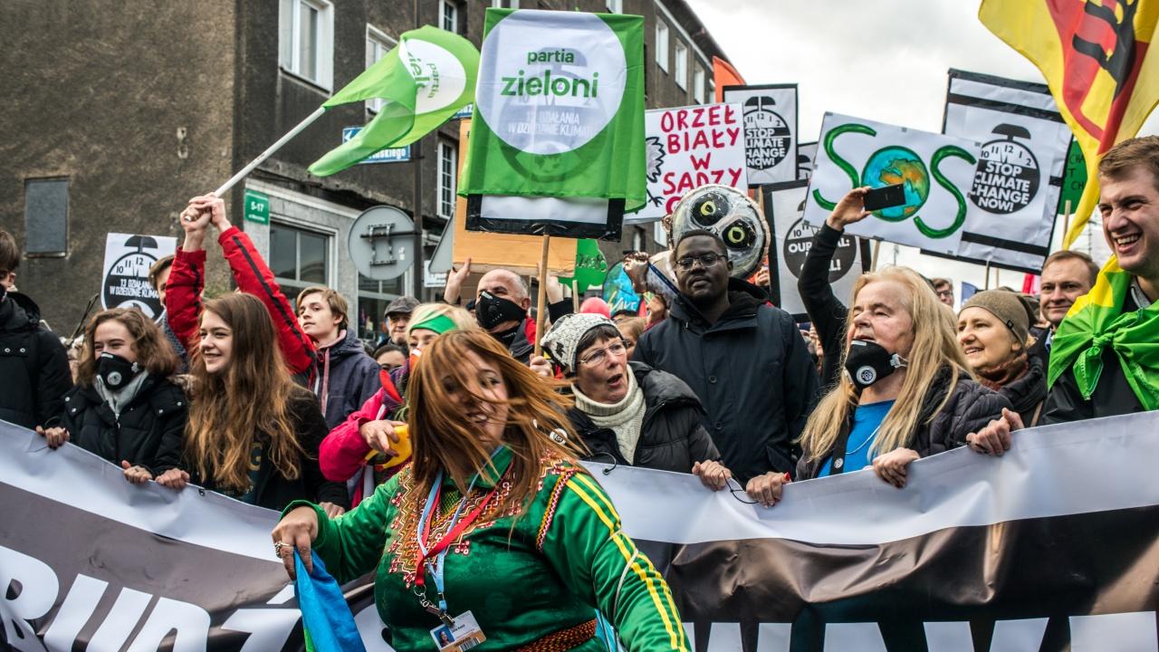 Хиляди се включиха в демонстрация в Париж с искане за по-амбициозен закон за климата