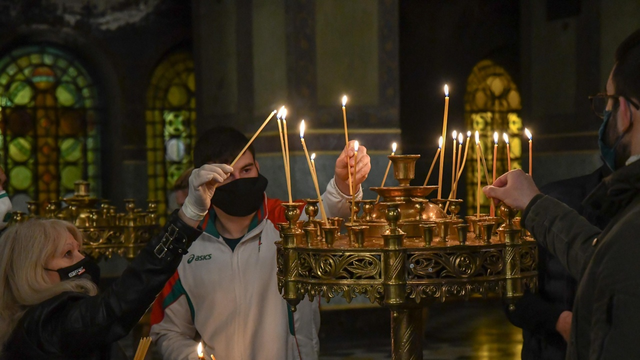 Молебен за здравето на 3-годишно дете, пострадало тежко при катастрофа в Добрич