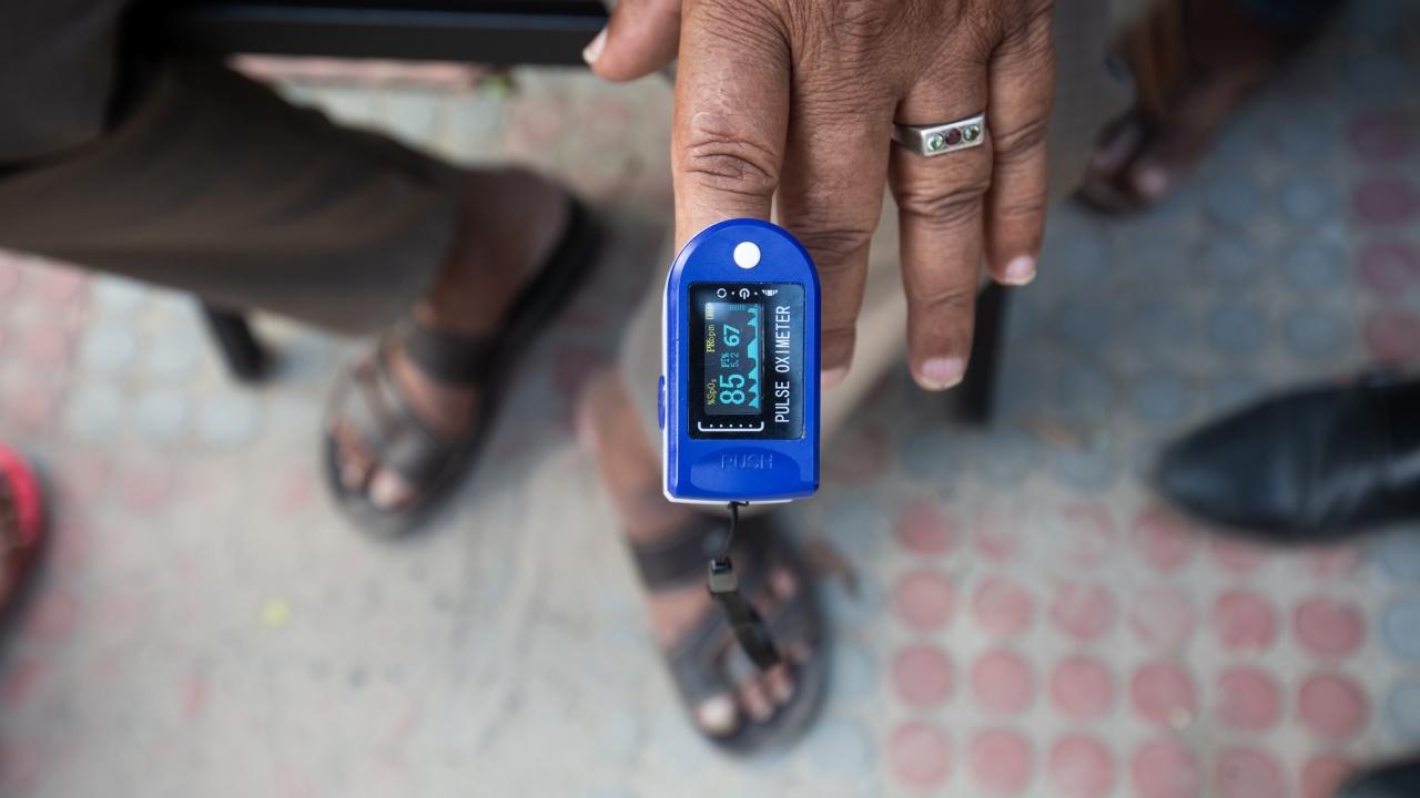 Лек спад на заразените и починалите от COVID-19 в Индия, но страхът остава