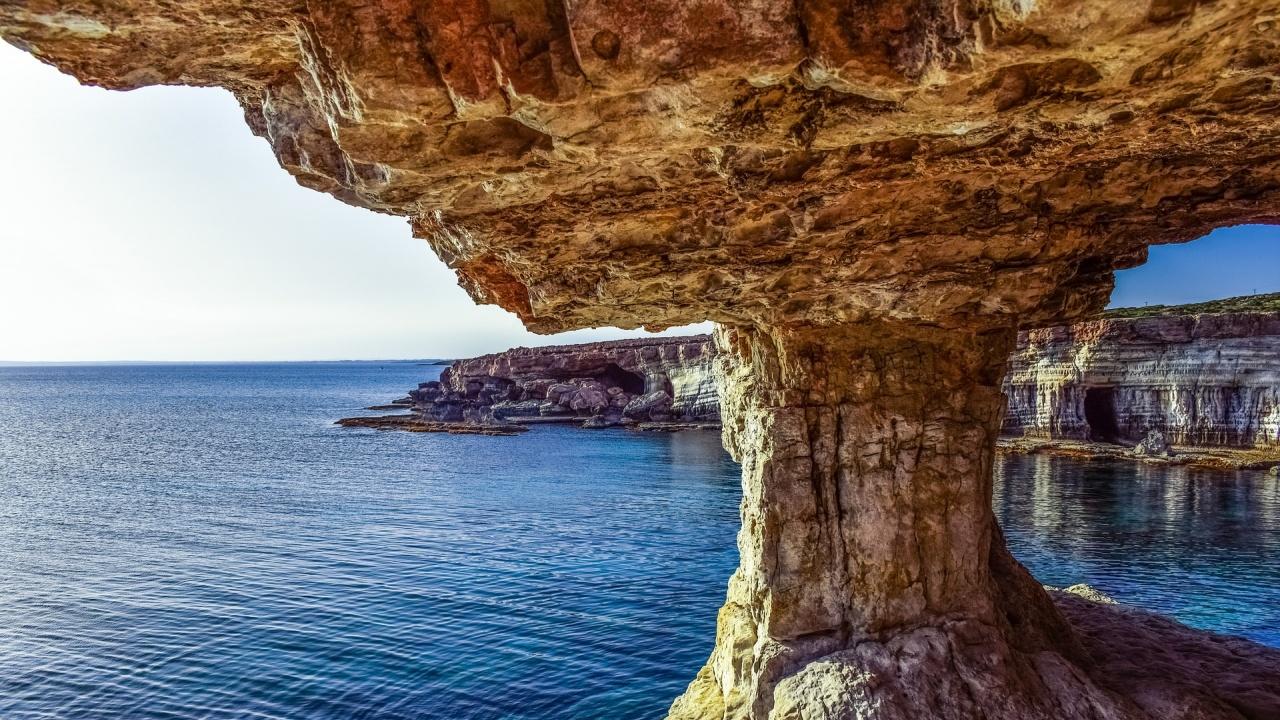 """Кипър премахва изискването за излизане от дома със SMS и въвежда """"коронапаспорти"""""""