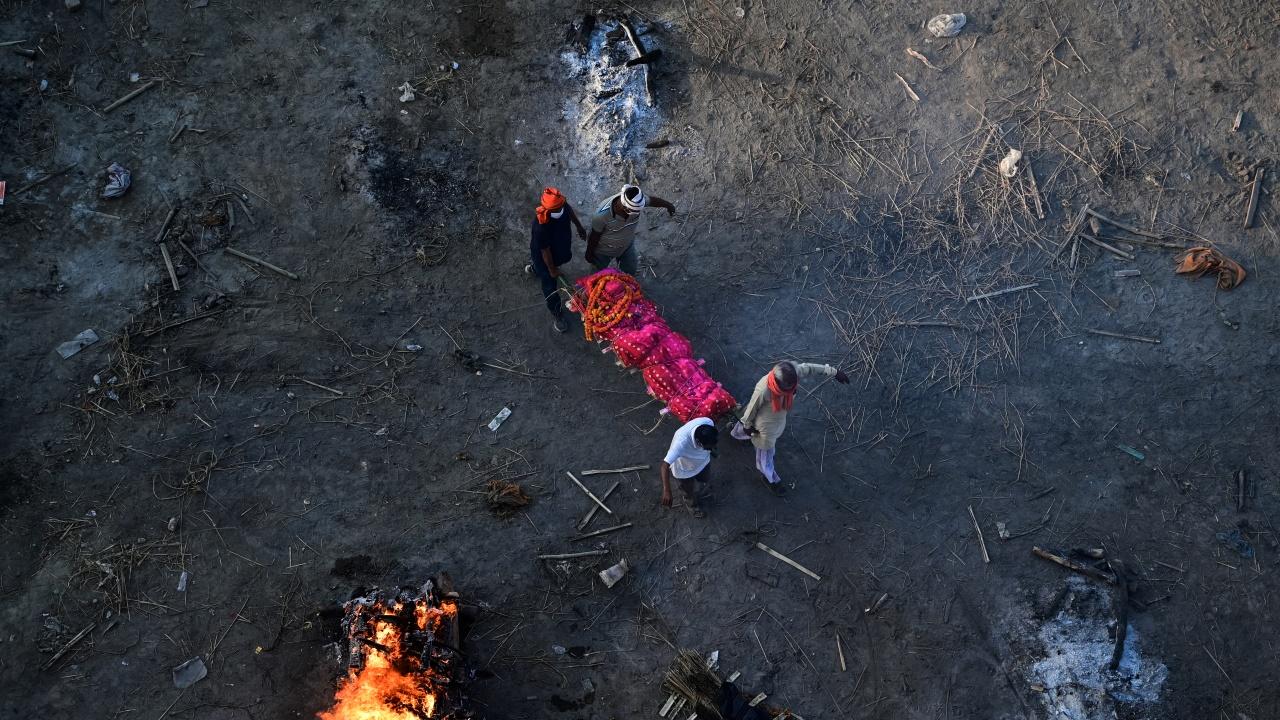 Паника: 40 тела бяха изхвърлени на брега от водите на река в Индия