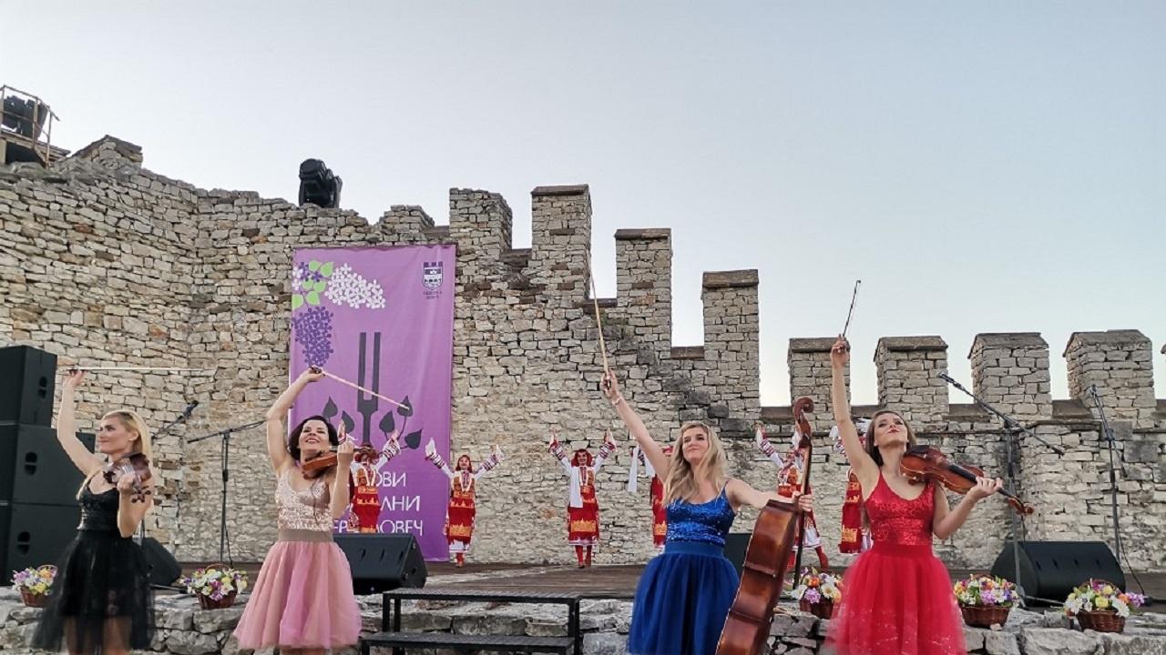 """Кметът на Ловеч  откри """"Люляковите музикални вечери"""" преди концерта на """"Дестини"""""""