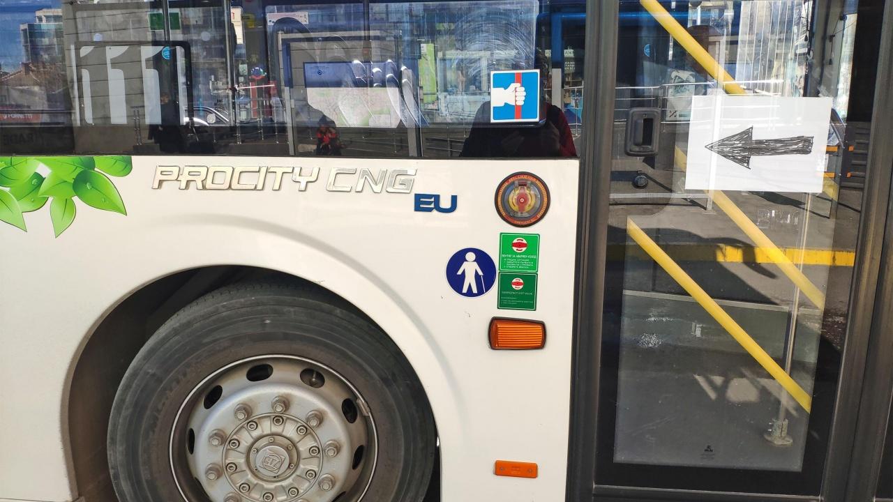 Катастрофа с две коли и автобус на градския транспорт в София, пострадала е жена