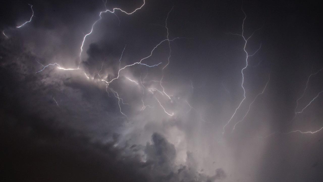 Предупредителен жълт код за интензивни валежи и гръмотевици за утре