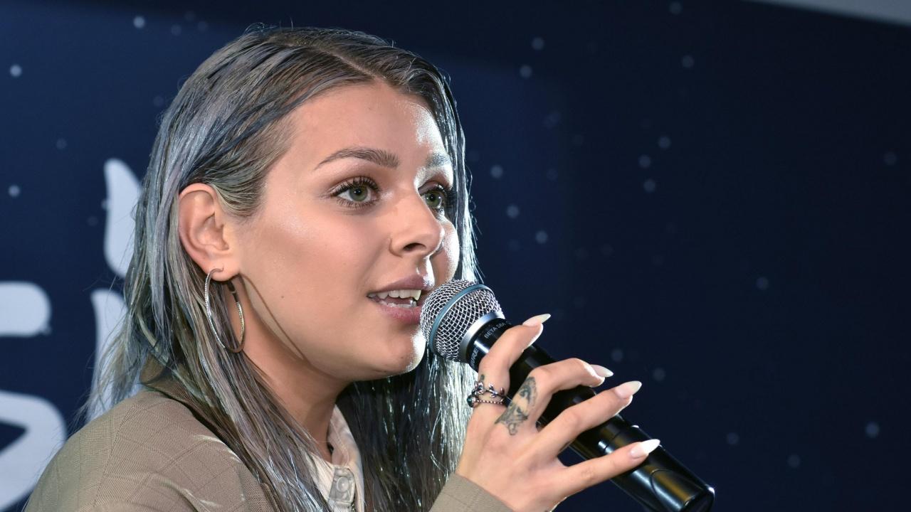 Виктория с жест към баща си в първата си репетиция за Евровизия