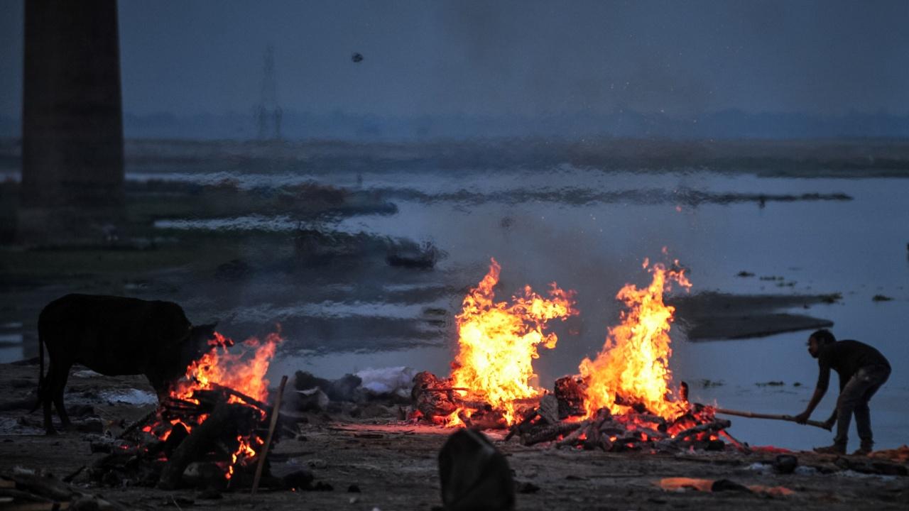Хващат с мрежи трупове на починали от COVID-19 в река Ганг