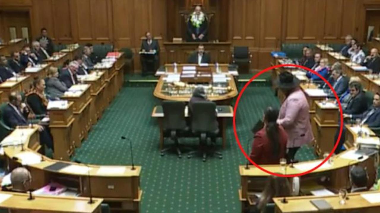 """Депутат изпълни """"хака"""" в парламента, изгониха го"""