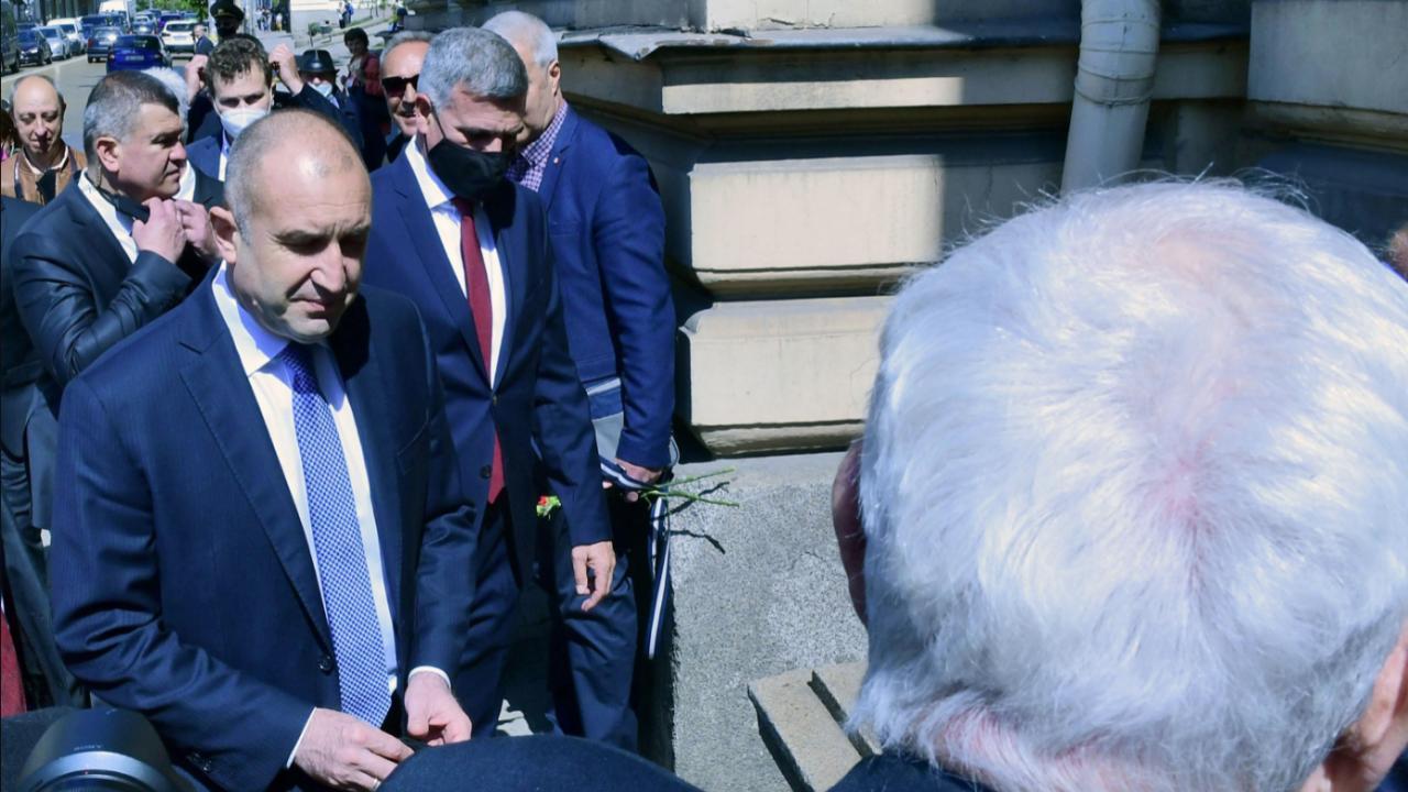 Президентът и служебният премиер отдадоха последна почит към ген. Никола Колев