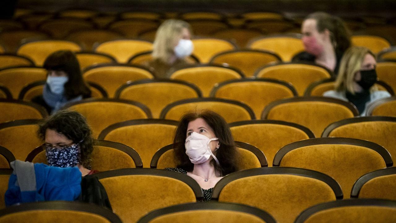 Полша ускорява отварянето на кината и ще започне да ваксинира 16-годишните срещу COVID-19