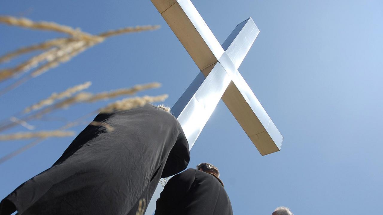 Отец Саръев за novini.bg: Страшно е да се крадат кръстове, да се обират църкви