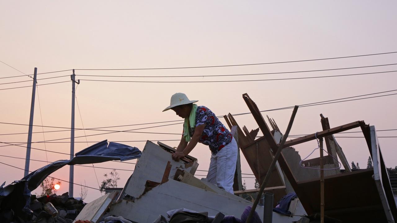 Расте броят на загиналите при преминаването на две торнада в Китай